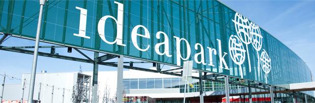 Ideapark-teksti kauppakeskuksen kyljessä lasiseinää vasten